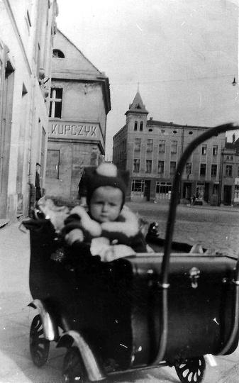 Rynek lata 50-te, widoczny szyld sklepu spożywczo-mieszanego państwa Kupczyków. ..., stare zdjęcia -