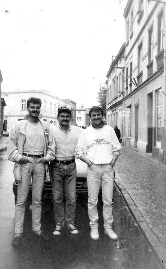 Trzech kumpli: Sławek, Marek i Stasiu. Początek lat 90-tych, ulica Kolbego (a mo..., stare zdjęcia -
