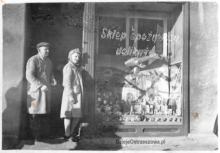 Lata pięćdziesiąte (?), plac Kazimierza. Widoczny sklep spożywczy a właściwie wi..., stare zdjęcia -