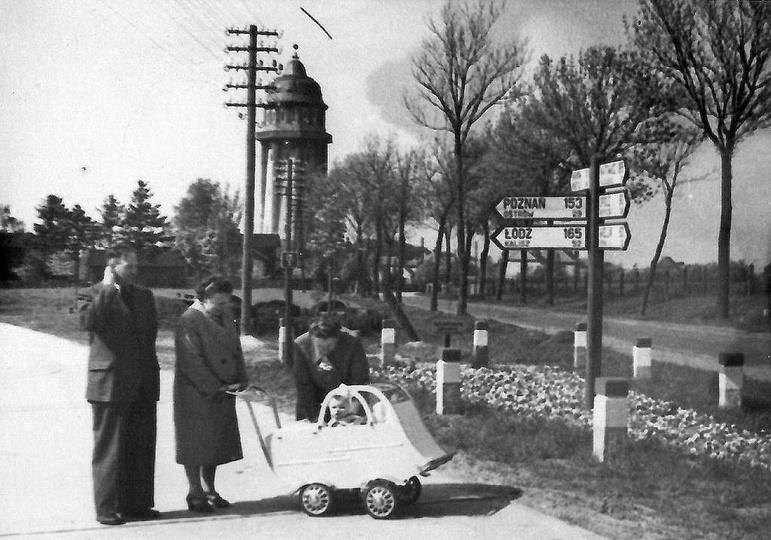 """Początek lat pięćdziesiątych, skrzyżowanie """"autostrady"""" czyli krajowej jedenastk..., stare zdjęcia -"""