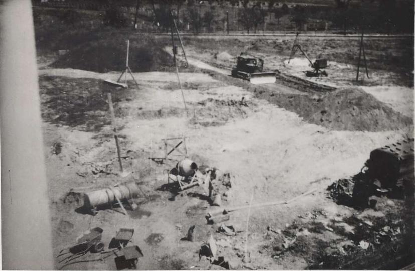 Szkoła Podstawowa nr 1. Rok 1964, roboty ziemne, budowa boisk szkolnych. W tyle..., stare zdjęcia -