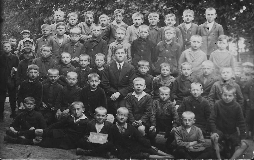 Nauczyciel Busko z uczniami, rok ok. 1927. Zdjęcie podarował mi kilka miesięcy ... -