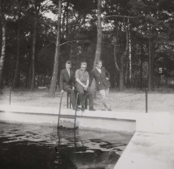 Lata pięćdziesiąte, mostek betonowy więc basen już po remoncie. Przy drabince st..., stare zdjęcia -