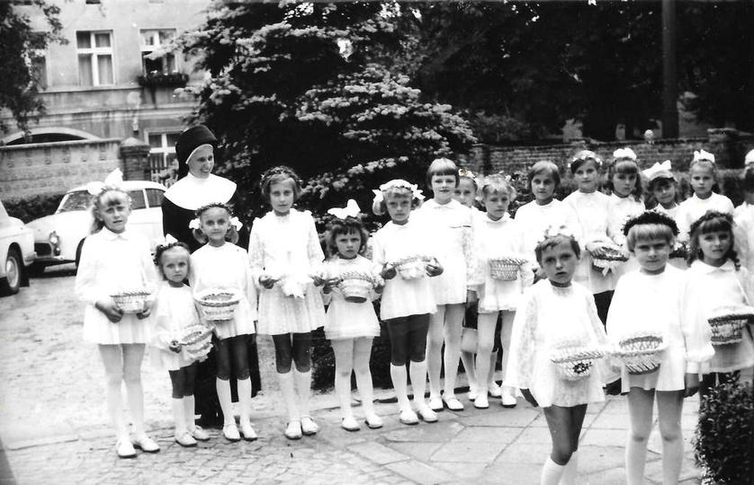 Koniec lat sześćdziesiątych, zbiórka dziewczynek przed procesją Bożego Ciała, na..., stare zdjęcia -