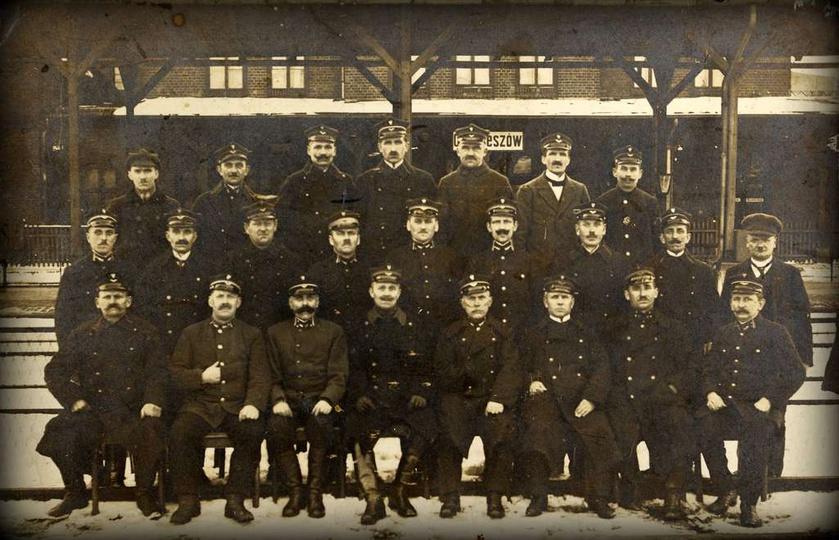 Ostrzeszowscy kolejarze, rok 1935. Drugi rząd, czwarty od lewej: Antoni Kozłows..., stare zdjęcia -