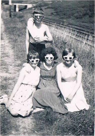 Lata 60-te, odpoczynek w drodze na Królewskie. Za miłośnikami kąpieli w stawach ..., stare zdjęcia -