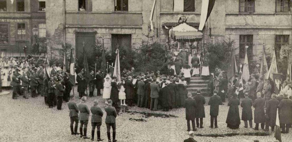Maj 1919 roku, na rynku dobywa się uroczysta msza w intencji niepodległej ojczyz..., stare zdjęcia -