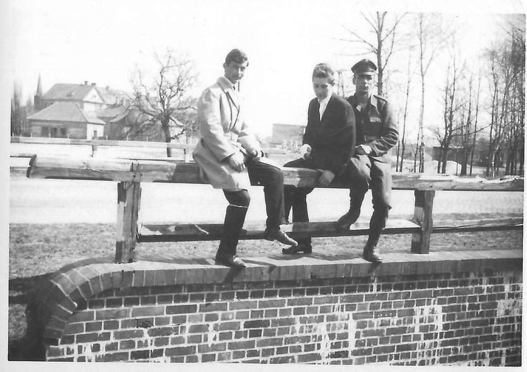 Początek lat sześćdziesiątych, trzech młodych panów odpoczywa na drewnianej balu..., stare zdjęcia -