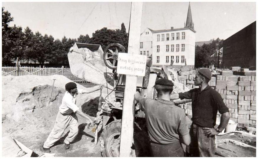 STOSUJ BEZPIECZNE METODY PRACY! Koniec lat sześćdziesiątych, plac Borek, rusza ..., stare zdjęcia -