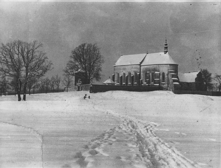 Tak prezentował się klasztor w latach międzywojennych w zimowej scenerii. Zdj. ..., stare zdjęcia -