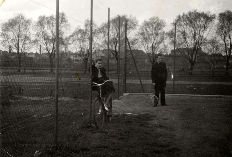 Kort tenisowy przy gazowni, lata 60-te. Z rakietą Aleksander Pisulla., stare zdjęcia -