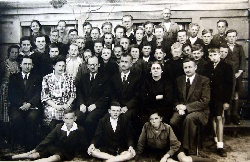 Zdjęcie z VI lub VII klasy, rok 1947?49. Siedzą od lewej strony:p. Stanisław Szu... -
