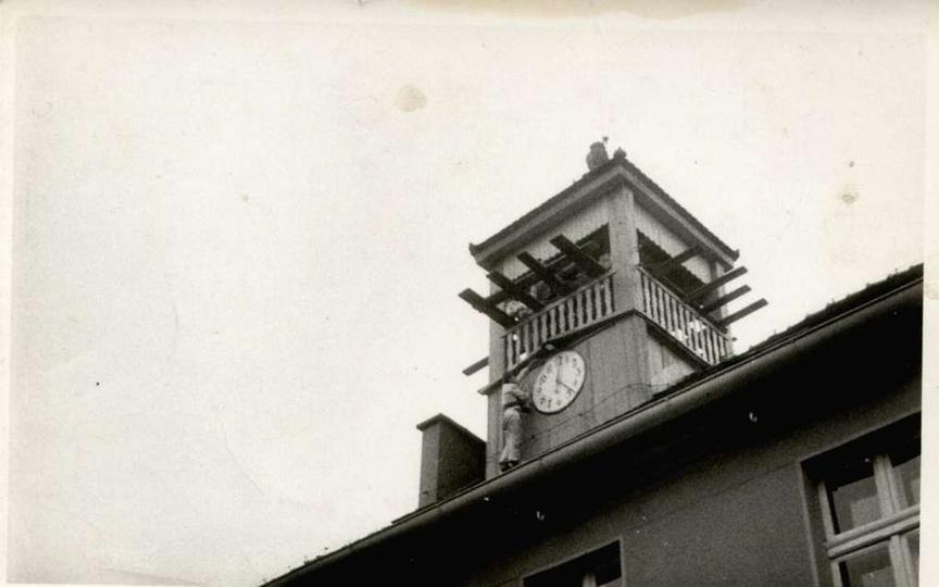 Lata siedemdziesiąte, remont wieży ratuszowej. W roli malarza-akrobaty Piotr Bie..., stare zdjęcia -