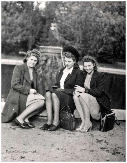 W parku miejskim w Ostrzeszowie, lata czterdzieste. Przy fontannie siedzą, od le..., stare zdjęcia -
