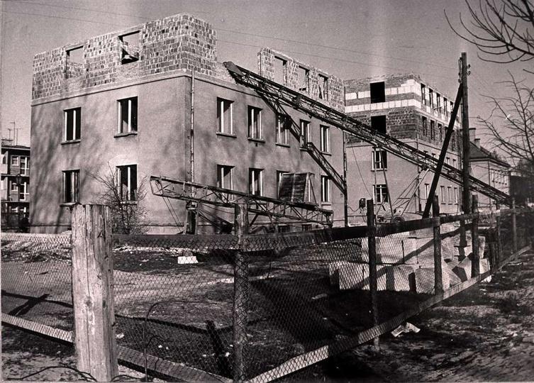 Osiedle M. Nowotki (Zamkowe). Bloki nr 9 i 8 w przebudowie, dalej blok nr 7., stare zdjęcia -