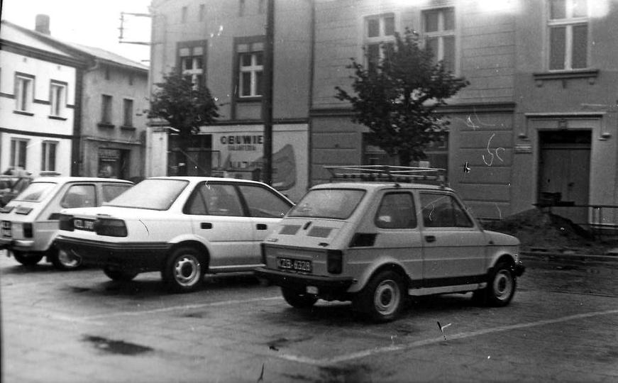 Plac Kazimierza, lata 90-te. Zasłonięty przez maluszka i drzewo, kultowy sklep p..., stare zdjęcia -